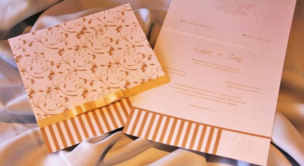 Tarjeta en cartulina blanca de hilo alemán, tinta beige. En la tapa lleva un diseño floral, combinado con franjas verticales en la parte de abajo. El toque artesanal lo da el lazo en cinta gross al tono.